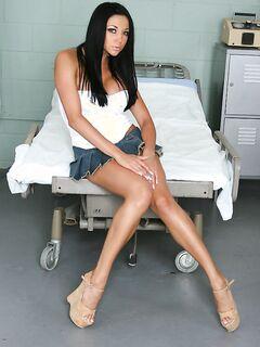 Длинноногая милашка сексуально раздевается на больничной койке секс фото и порно фото