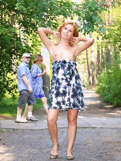 Рыжая девушка позирует голой в центре города секс фото и порно фото