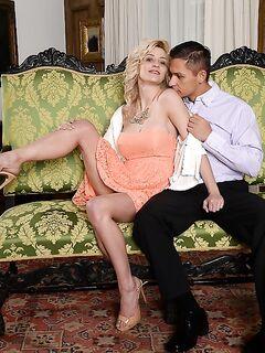 Татуированный ёбарь совокупляется с британкой Sienna Day секс фото и порно фото