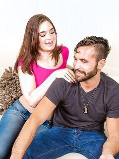 Девушка в джинсах отсасывает бородатому партнёру секс фото и порно фото
