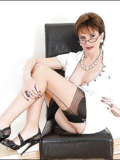 Очкастая британка в белом платье и чулках демонстрирует волосатую киску секс фото и порно фото