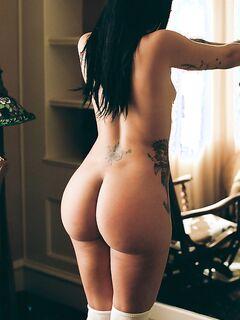 Фигуристые телочки с мясистыми жопами и сочными дойками позируют дома и на улице секс фото и порно фото