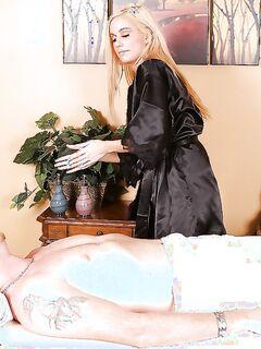 30летняя массажистка дрочит сиськами и сосет на кушетке секс фото и порно фото