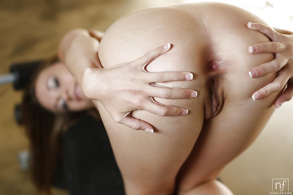Кареглазая Кейси Лейн разделась в спортзале и показала свои достоинства секс фото и порно фото