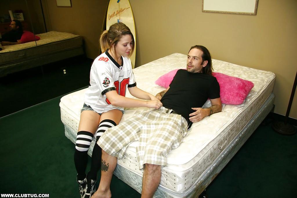 Молодая девушка дрочит член серфингиста и доводит его до оргазма в отеле секс фото и порно фото