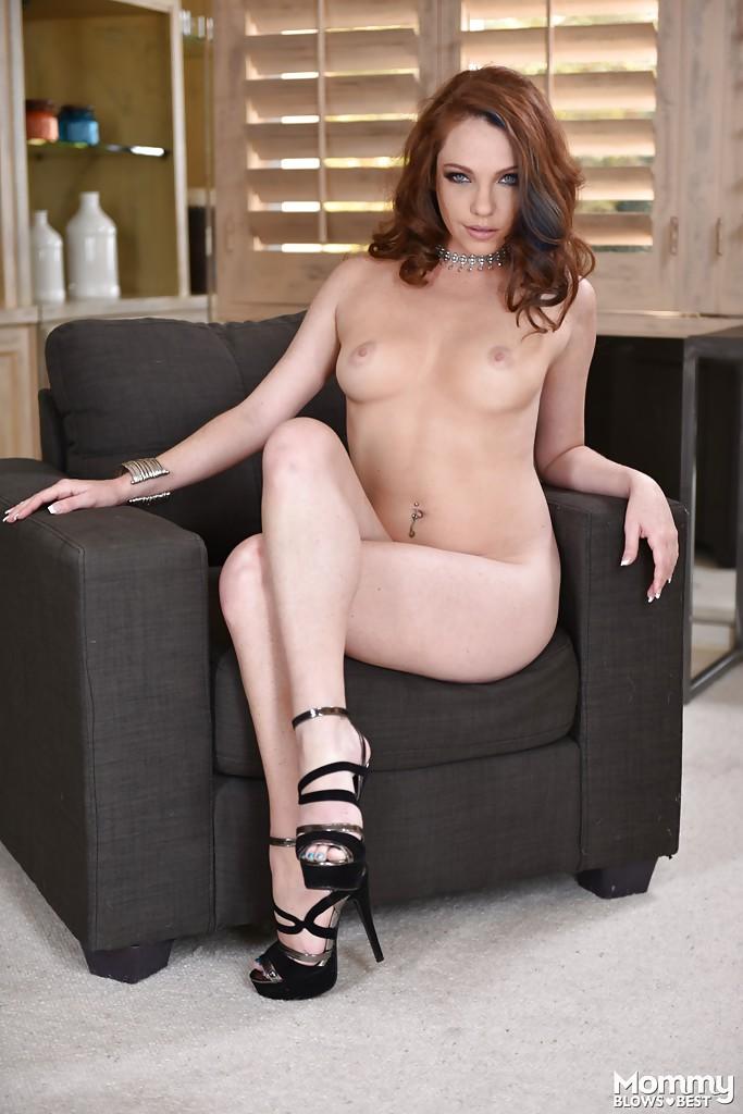 Кассандра Рейн засовывает пальцы себе в киску на чёрном кресле секс фото и порно фото