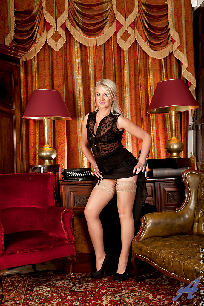 Блондинка  раздевается в офисе и показывает пизду секс фото и порно фото
