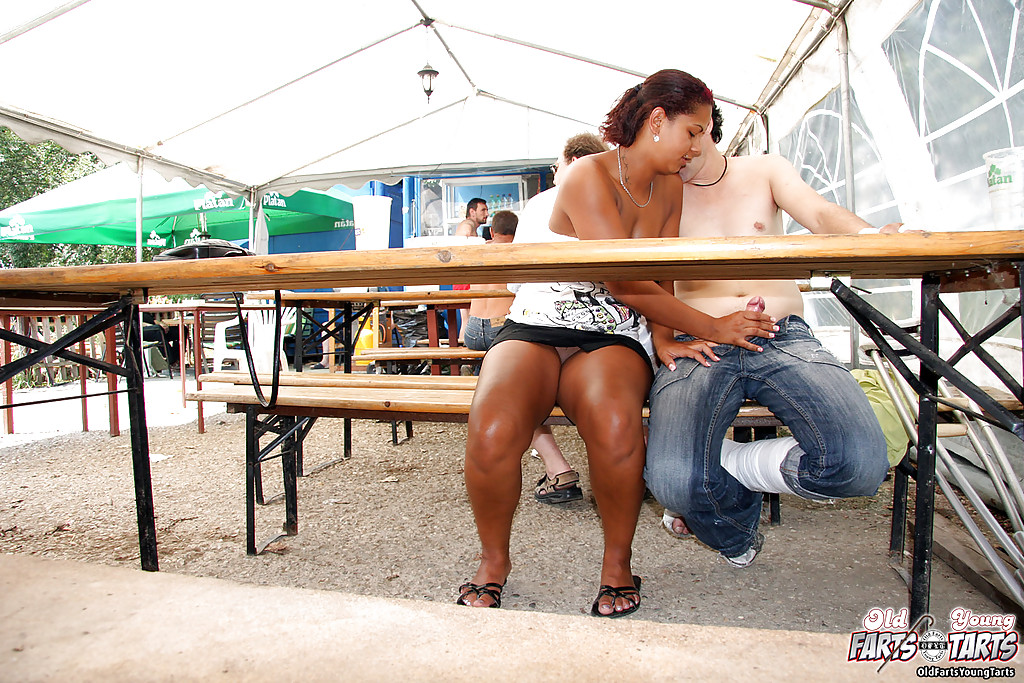 После бокальчика пива и минета, тёлка отдалась парню на костылях секс фото и порно фото