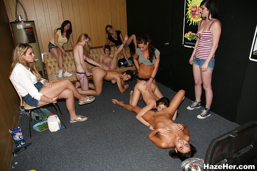 Лесбийская оргия девушек с применением страпона и других секс игрушек секс фото и порно фото