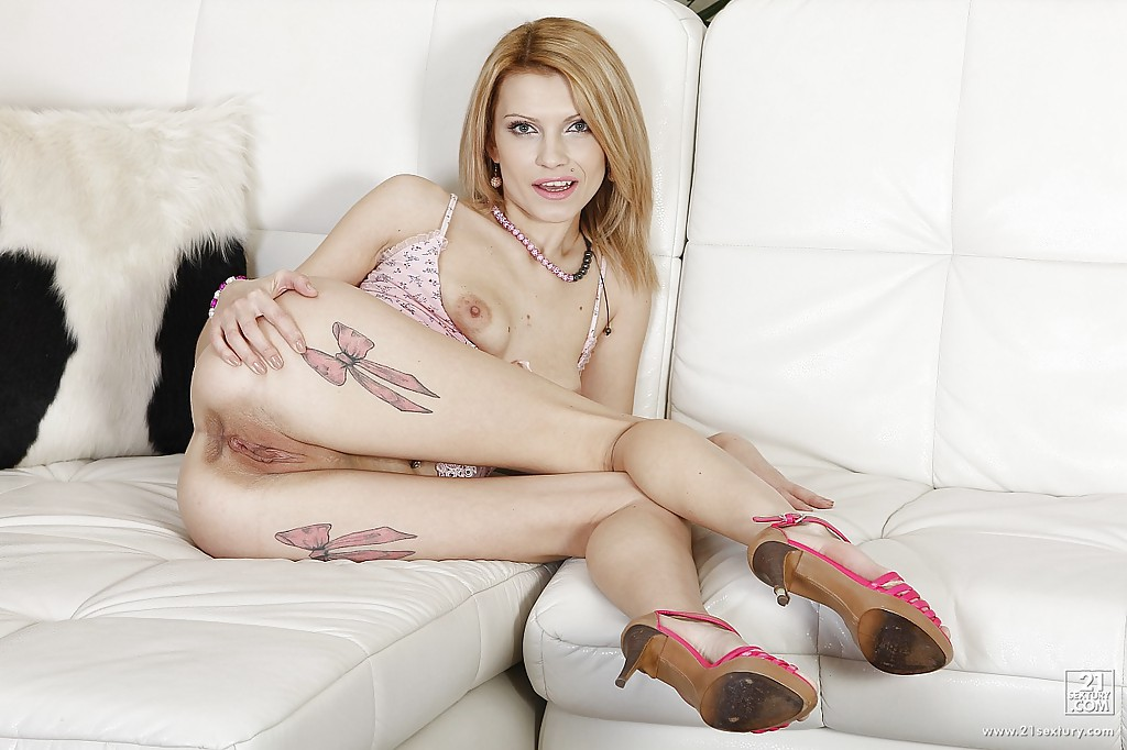 Татуированная блондинка засовывает себе в пизду и жопу огромный дидло секс фото и порно фото