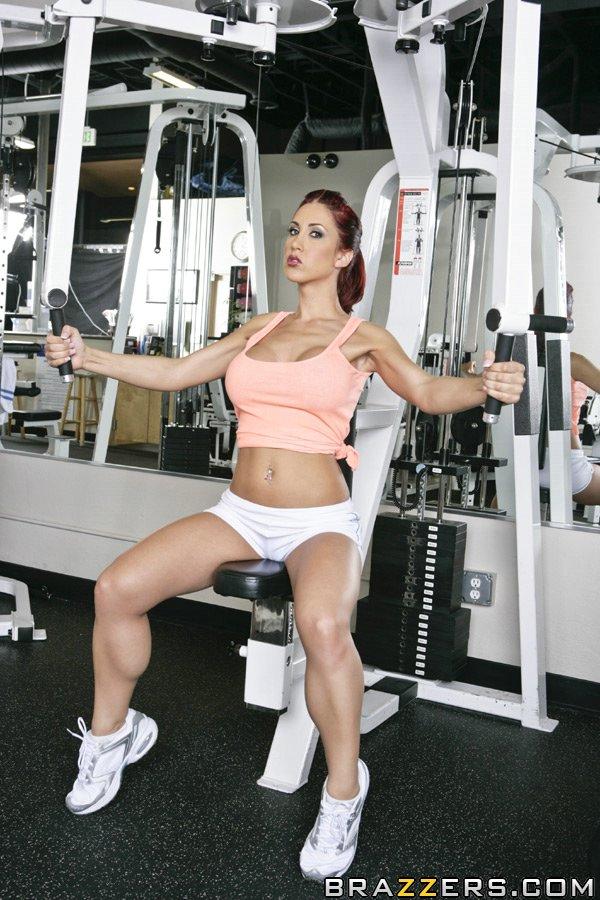 Грудастая малышка Kylee Strutt снимает шорты и мастурбирует киску в спортзале секс фото и порно фото