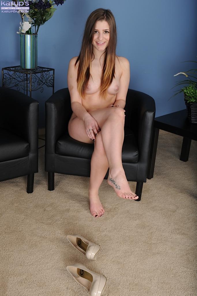 Кареглазая Тедди Раэ демонстрирует бритую пилотку на черном кресле секс фото и порно фото