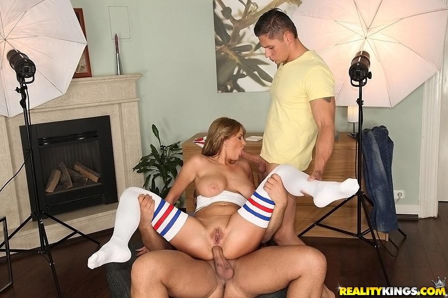 Двое парней трахают грудастую блондинку во все дыры на сером диване секс фото и порно фото