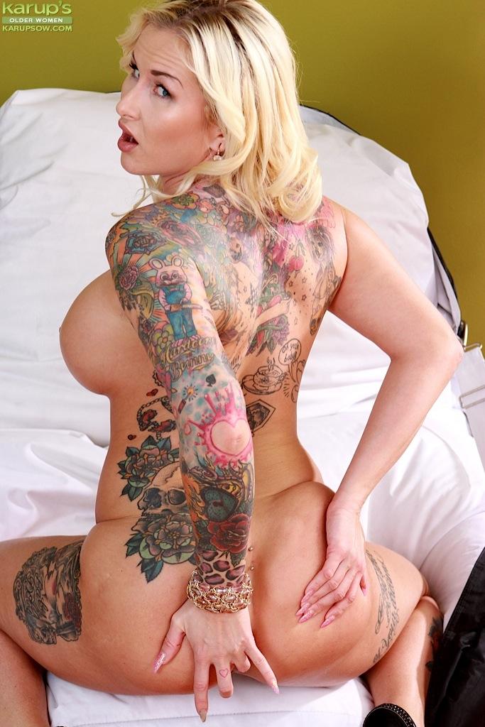 Зрелая блондинка раздевается и мастурбирует на полу секс фото и порно фото