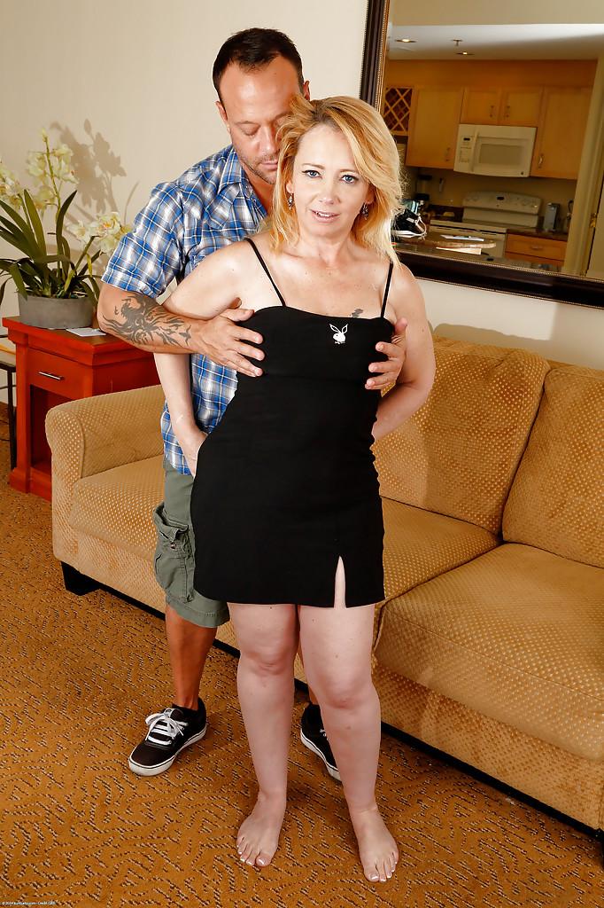 Татуированный парень трахает зрелую блондинку после минета и кончает ей на пизду секс фото и порно фото