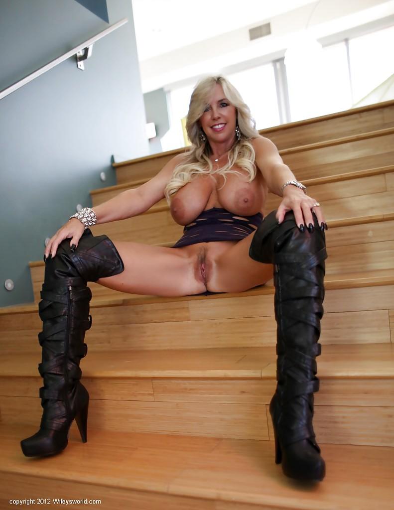 Грудастая блондинка радует свою пизду вибратором в пентхаусе секс фото и порно фото