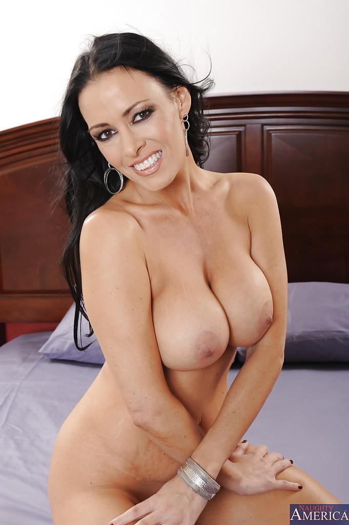 Зрелая дама с большой грудью показывает бритую киску на двухспальной кровати секс фото и порно фото