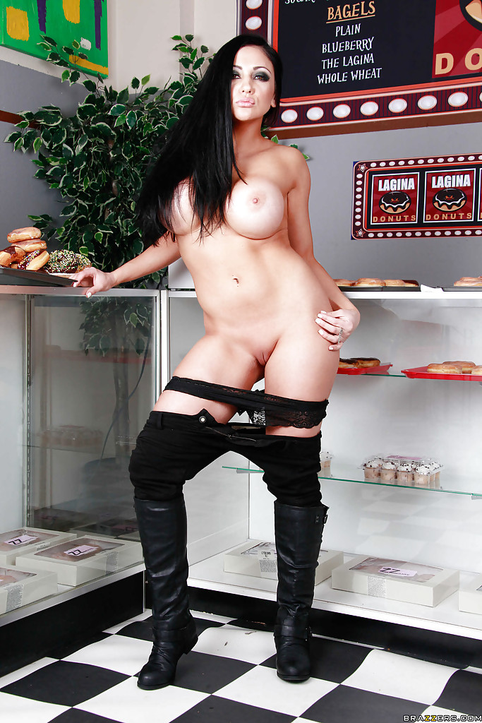 Грудастая Одри Битони снимает полицейскую форму и демонстрирует своё тело в булочной секс фото и порно фото