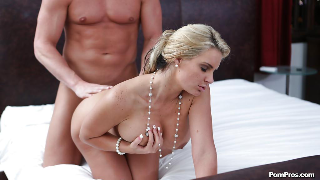 Грудастая блондинка делает минет лысому мужику и трахается с ним на белоснежной кровати секс фото и порно фото