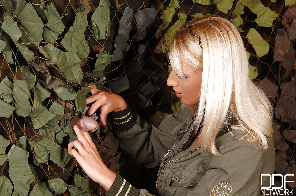 Блондинка в военной форме отсосала член через дырку в палатке секс фото и порно фото