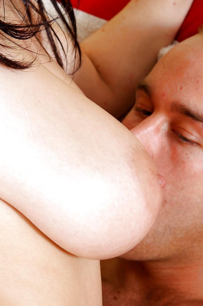 Грудастую брюнетку в розовых трусиках трахнул крепкий мужик и кончил на неё в кабинете секс фото и порно фото