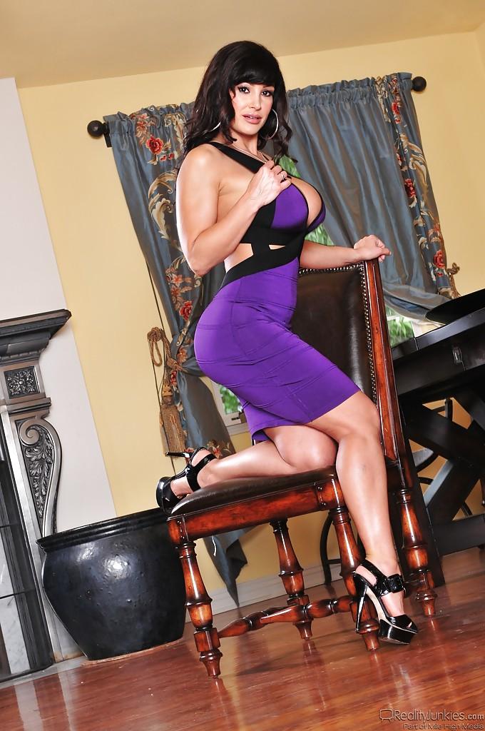 Грудастая брюнетка Lisa Ann показывает зрелую киску и попку на стуле секс фото и порно фото