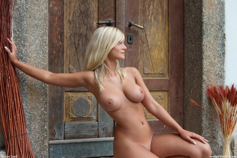 Красивая блондинка позирует на пороге своего дома секс фото и порно фото
