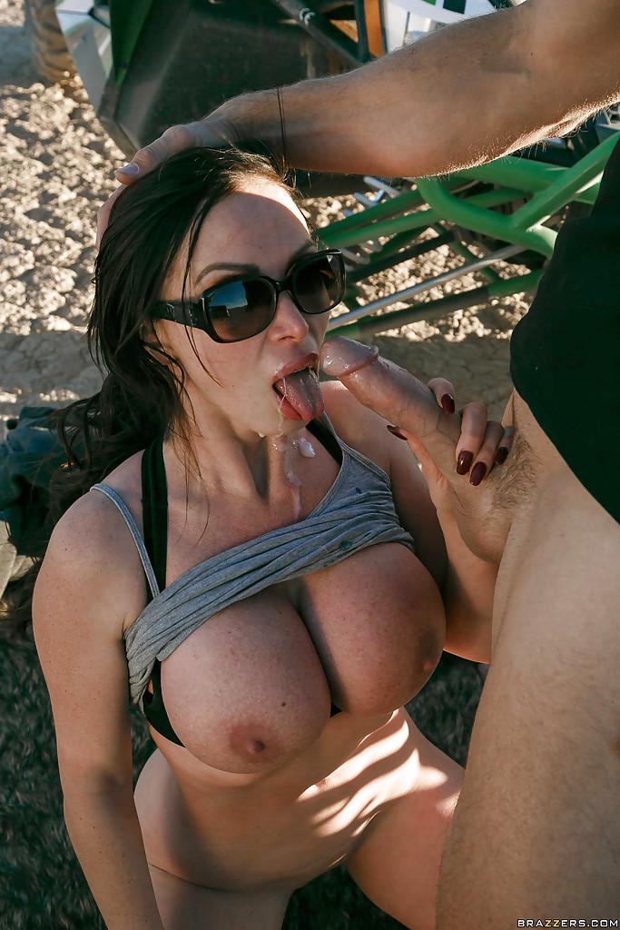 Лысый мужик трахнул грудастую девушку на сафари и кончил ей в рот секс фото и порно фото