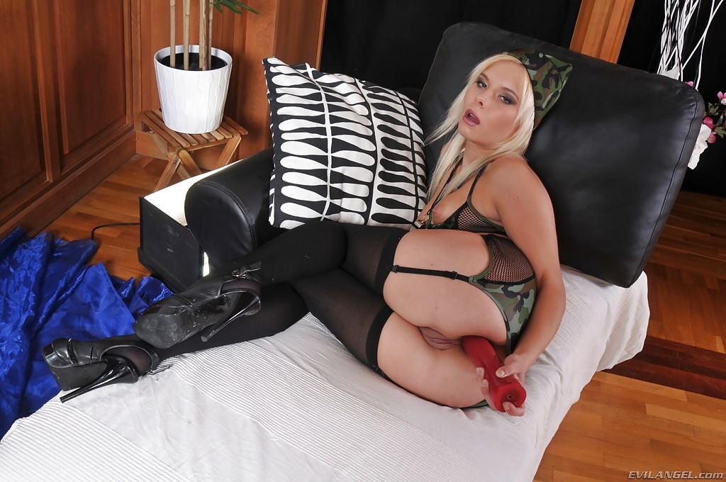 Русская девушка в камуфлированном нижнем белье засовывает фаллос себе в жопу секс фото и порно фото