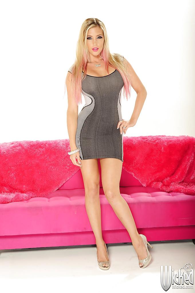 Блондинка с пирсингом сосков демонстрирует свои прелести на красном диване секс фото и порно фото