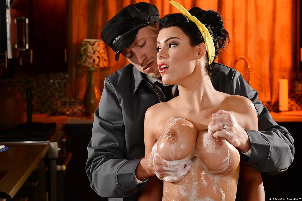 В отсутствие хозяина, шофер дал на клык гувернантке на кухне и кончил ей в рот секс фото и порно фото