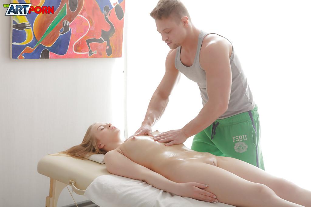 Массажист трахнул молодую блондинку в конце массажа на кушетке секс фото и порно фото