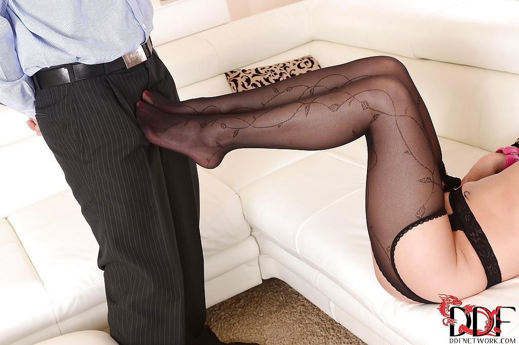 Мужик облизал лабутены брюнетки и она подрочила его член ногами на диване секс фото и порно фото