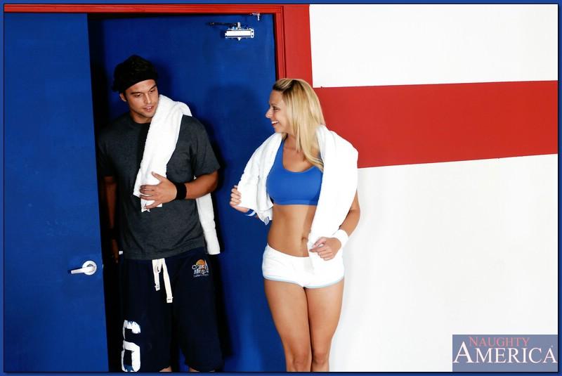 Красивую теннисистку после матча трахнул соперник в спортзале секс фото и порно фото