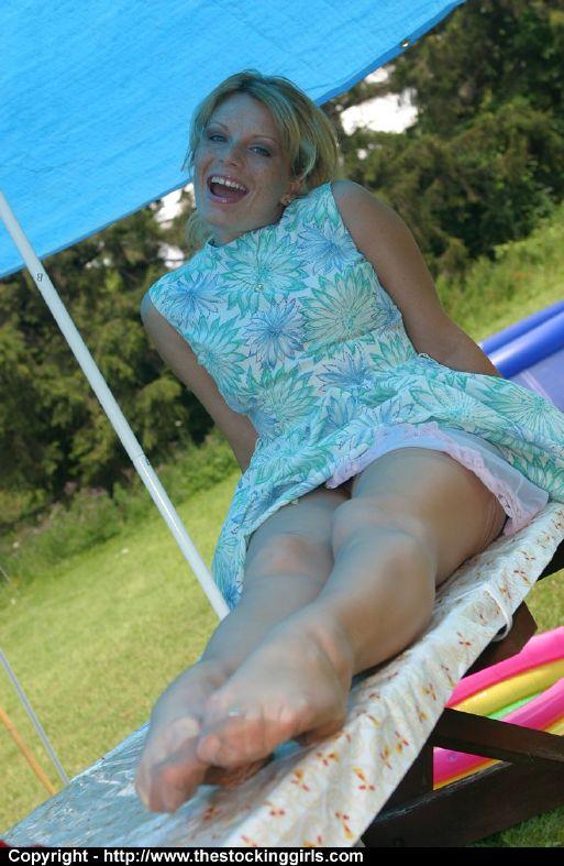 Зрелая блондинка в красных туфлях показывает свою жопу на пикнике секс фото и порно фото