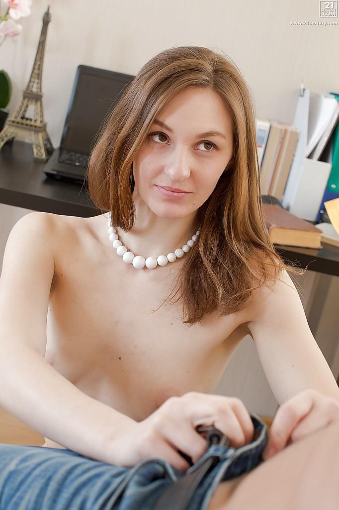 Русская минетчица отсосала своему атлетичному дружку на белом диване секс фото и порно фото