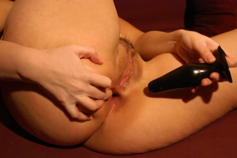 Мамка дрочит большим фаллосом черного цвета на красном кресле секс фото и порно фото