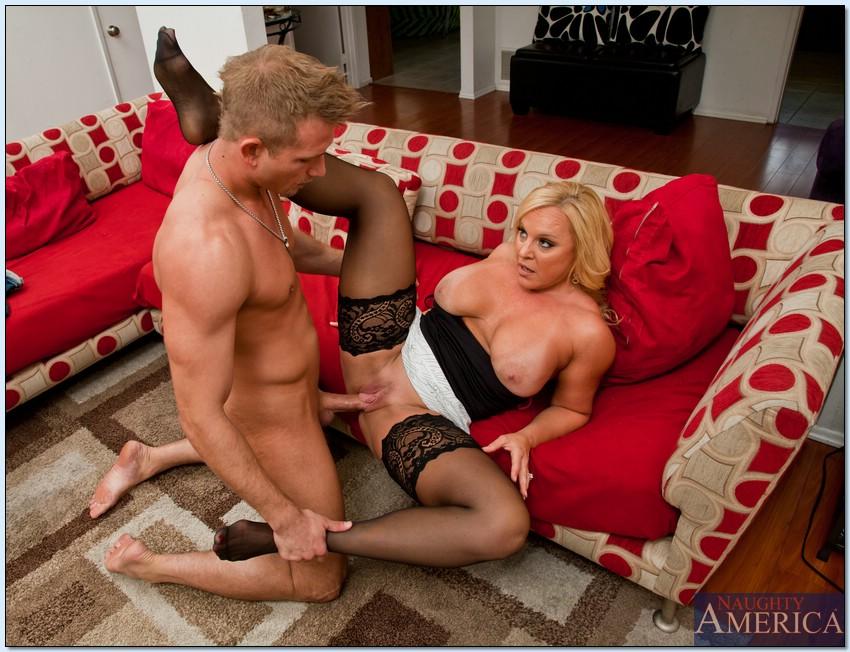 Грудастая милфа  трахается на красном диване с молодым парнем секс фото и порно фото