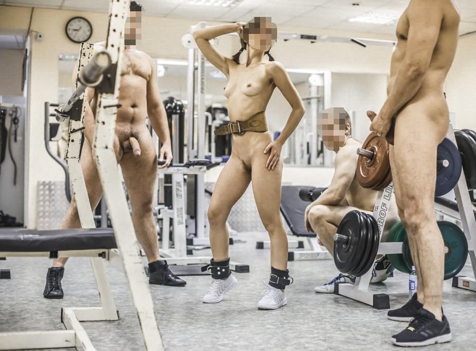 Девушки принимают участие в групповой ебле с толпой мужиков секс фото и порно фото
