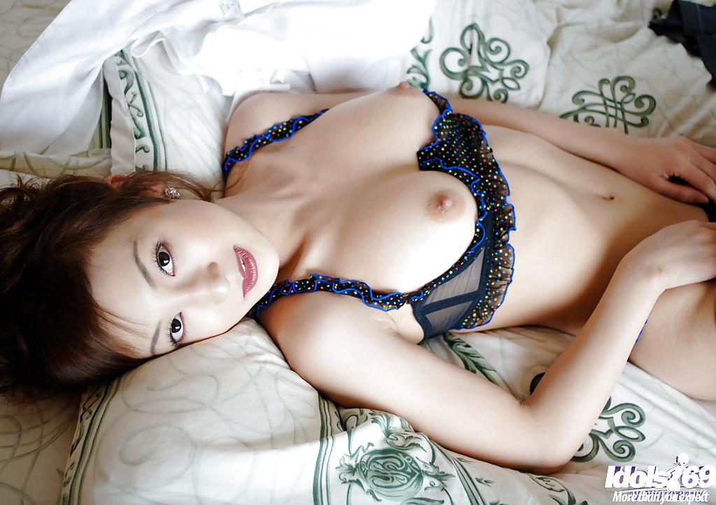 Худая азиатка показывает свои маленькие сиськи и кружевное бельё в спальне секс фото и порно фото