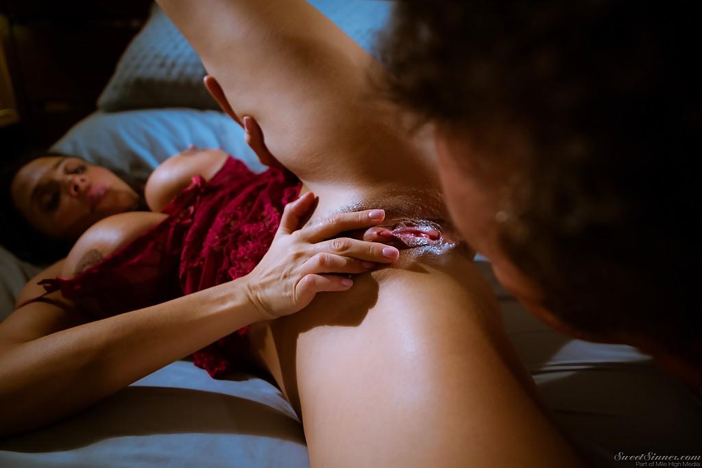 Грудастая мама трахается раком на кровати с синим бельем секс фото и порно фото