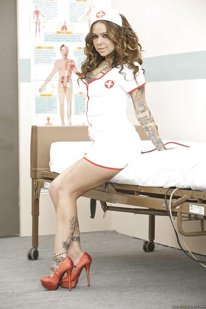 Медсестра неформалка раздевается в больничной палате секс фото и порно фото