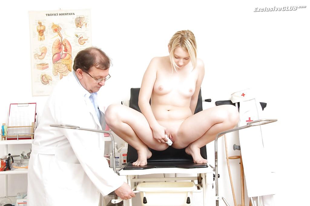Гинеколог дрочит молодой блондинке в больнице секс фото и порно фото