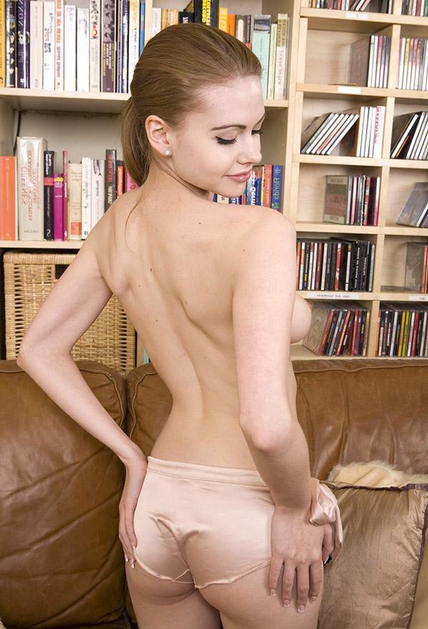 Пышногрудая милашка раздевается на фоне книжного шкафа секс фото и порно фото