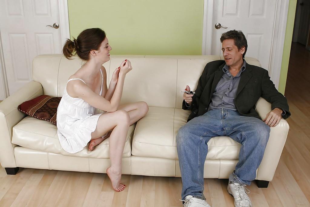 Мужик выебал девушку в белом сарафане на кожаном диване и кончил ей на лицо секс фото и порно фото