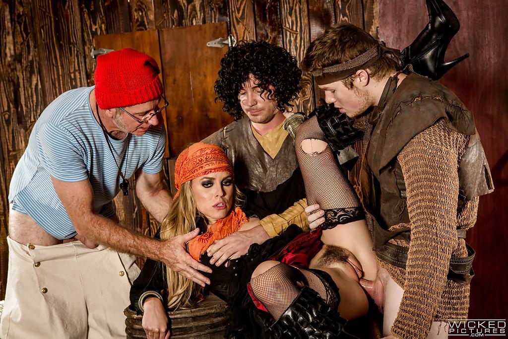 Косплей групповуха с пираткой в бандане секс фото и порно фото