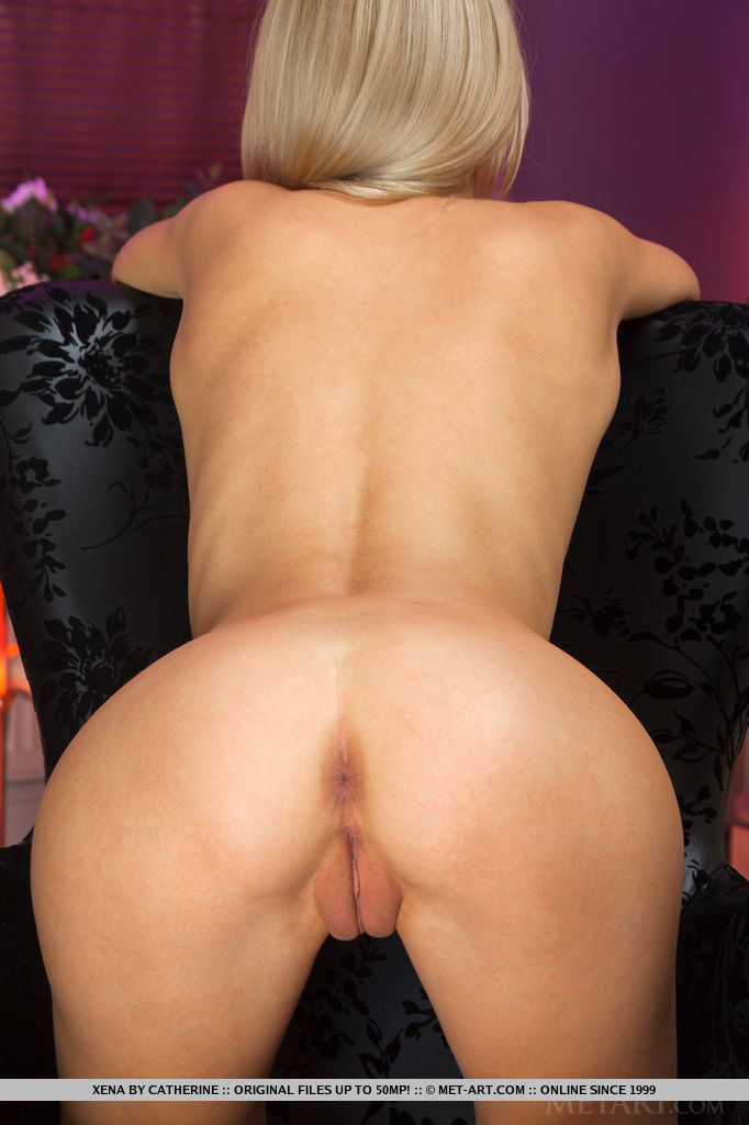 Голая худышка разлеглась на черном кресле в своей комнате секс фото и порно фото