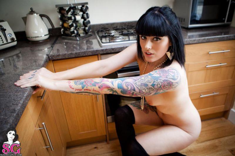 Темноволосая неформалка позирует на фоне кухонного гарнитура секс фото и порно фото