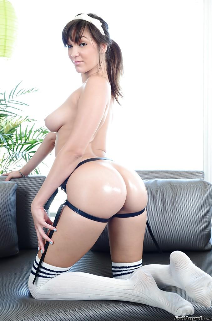 Брюнетка примеряет страпон на сером диване секс фото и порно фото