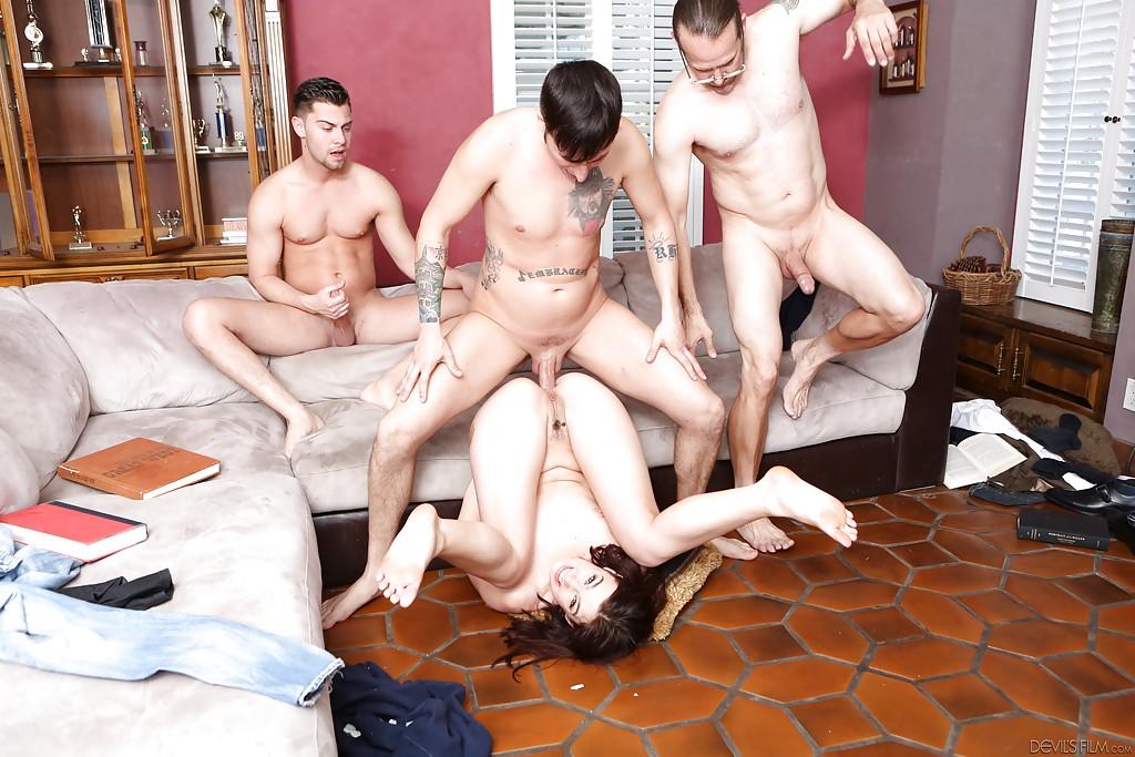 Три парня трахают на замшевом диване худую девку секс фото и порно фото